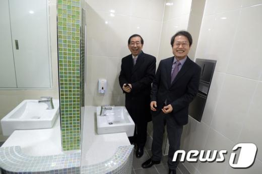 [사진]박원순-조희연 '화장실이 쾌적하네'