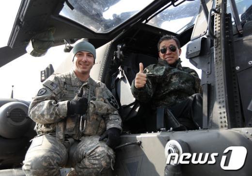 [사진]'아파치 헬기 타고'