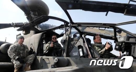 [사진]헬기 탄 국방위원들