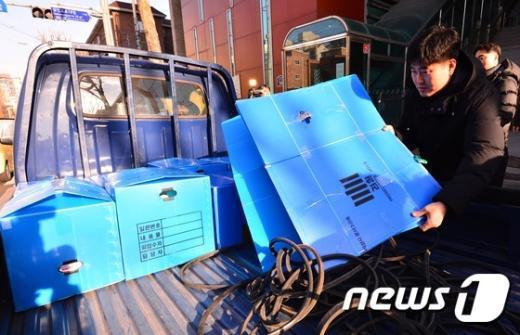 [사진]차량으로 옮겨지는 이태규 회장 압수품