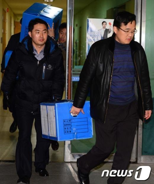 [사진]압수품 들고 나오는 검찰