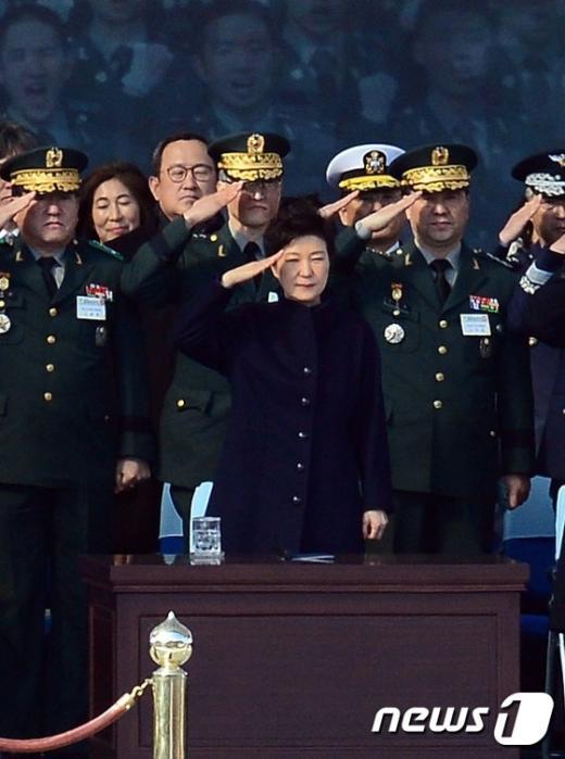 [사진]초임장교들의 경례 받는 朴대통령