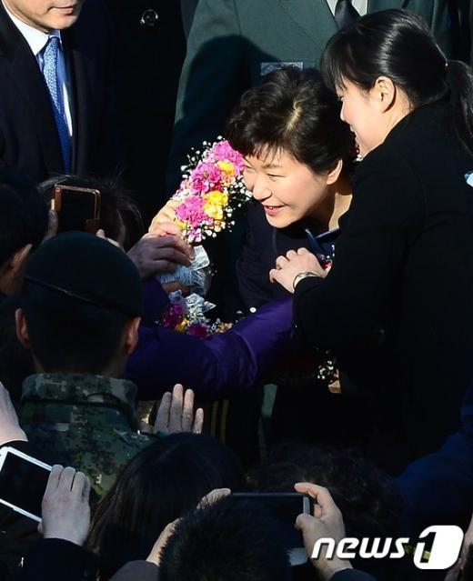 [사진]꽃목걸이 선물받는 박근혜 대통령