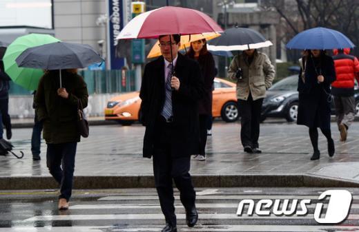 기상청은 13일 새벽~아침 전국 곳곳에서 비 또는 눈이 내릴 것으로 내다봤다. /뉴스1 © News1 윤혜진 기자