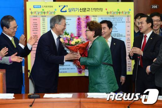 [사진]'청소노동자의 꽃다발' 받는 문재인 대표