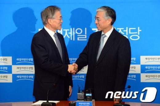 [사진]손 맞잡은 문재인 대표-추궈홍 中대사