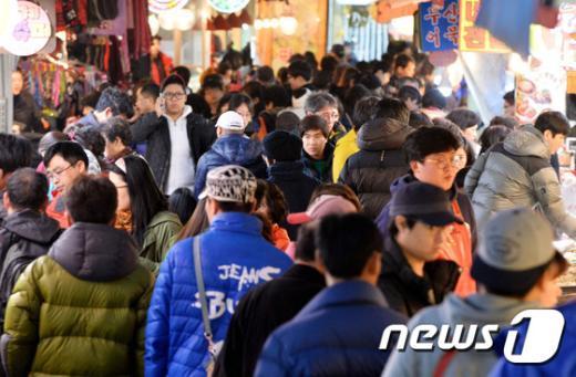 설을 앞두고 붐비는 재래시장. /뉴스1 © News1 이재명 기자