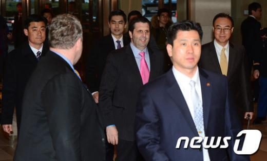 [사진]경호 받으며 입장하는 마크 리퍼트 대사