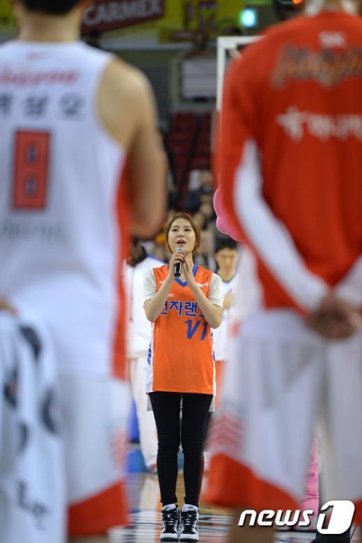 [사진]6강 플레이오프 3차전 애국가 부르는 씨야 김연지