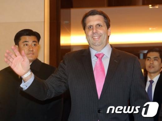 [사진]취재진에 손 흔드는 리퍼트 대사