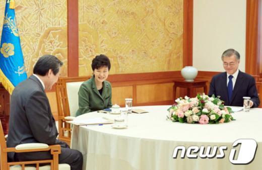 박근혜 대통령(가운데)이 17일 오후 청와대에서 열린 여야대표 회동에서 새누리당 김무성 대표(왼쪽), 새정치민주연합 문재인 대표와 대화하고 있다.(청와대) 2015.3.17/뉴스1 © News1 이광호 기자