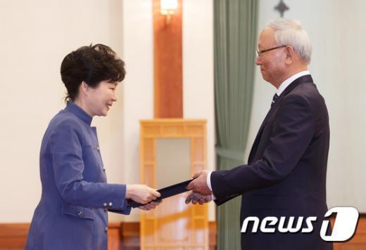 [사진]국정원장 임명장 수여하는 박근혜 대통령
