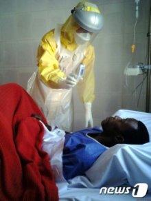 에볼라 바이러스 진원지인 아프리카 시에라리온 에볼라 치료센터(ETC)에 파견된 대한민국 긴급구호대(KDRT) 1진 의료진의 활동 모습/사진=뉴스1