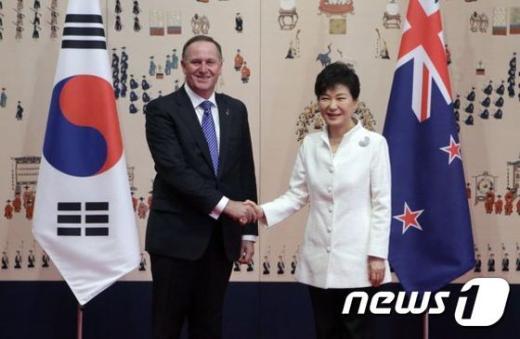 박근혜 대통령이 23일 오전 청와대에서 존 필립 키 뉴질랜드 총리와의 정상회담에 앞서 악수하며 인사를 나누고 있다. © News1