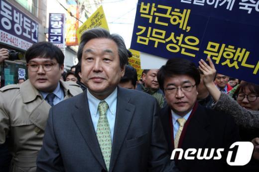 [사진]신림동 방문한 김무성 '청년들은 피켓 시위'