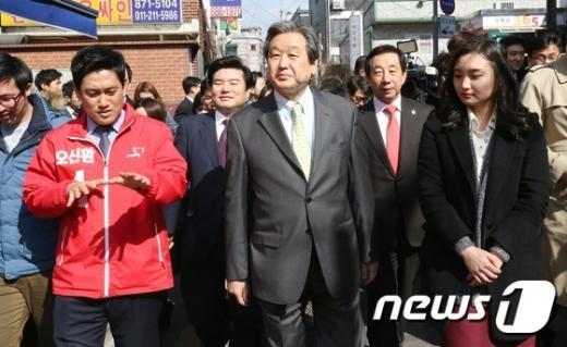 [사진]김무성 대표, 청년 1인 가구 방문