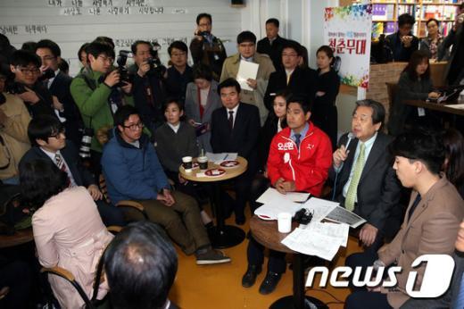 [사진]김무성 대표 '고시촌 거주 청년들과 타운홀 미팅'