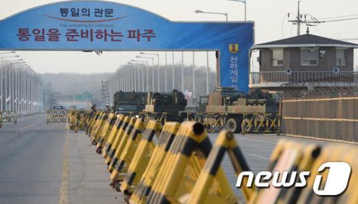 [사진]파주 DMZ 화재 '투입되는 군 살수차'