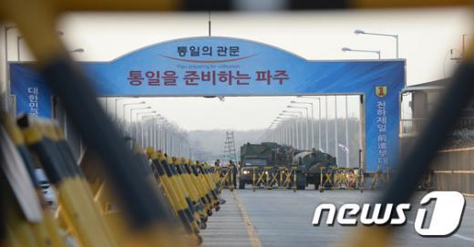 [사진]통일대교 지나는 군 살수차