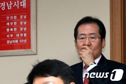 홍준표 경남도지사가 18일 오전 도청 집무실에서 문재인 새정치민주연합 대표를 기다리고 있다. © News1 한재호 기자