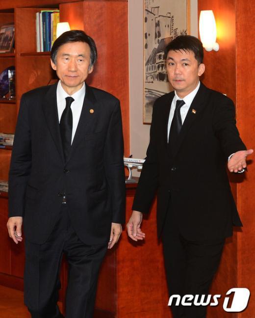 [사진]리콴유 전 싱가포르 총리 빈소 방문한 윤병세 외교장관