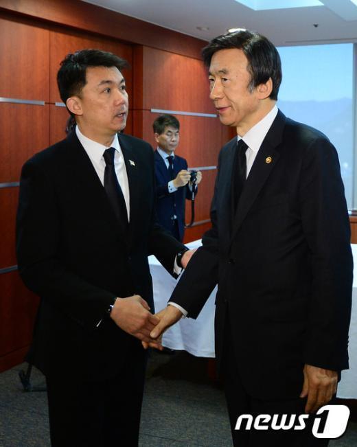 [사진]윤병세 외교장관 '고인의 명복을 빕니다'