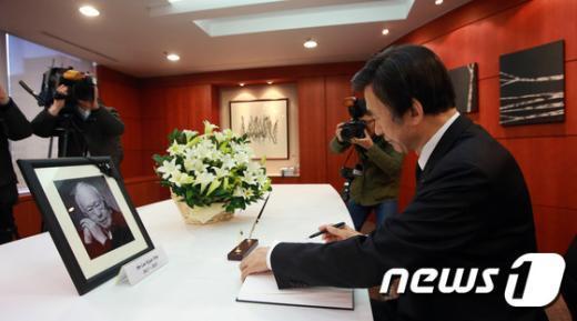 [사진]리콴유 전 싱가포르 총리 빈소 찾은 윤병세 외교장관