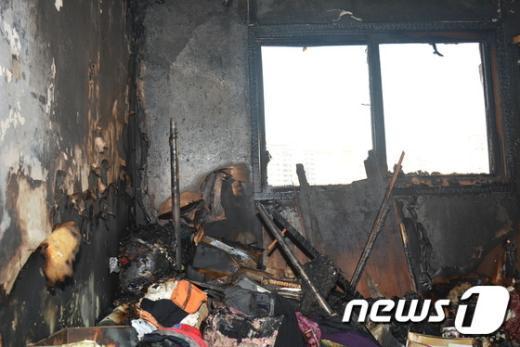 25일 오후 서울 도봉구의 한 아파트에서 불이 나 두 명이 화상을 입고 885만원의 재산 피해가 났다. (도봉소방서 제공) © News1