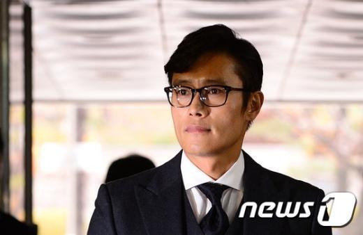 배우 이병헌씨가 자신을 협박한 혐의로 구속기소된 그룹 글램의 다희와 모델 이지연씨 공판에 들어가고 있다. /뉴스1 © News1 박지혜 기자