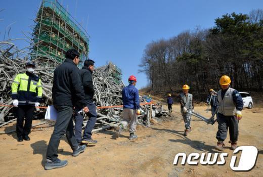 [사진]용인 교각 붕괴사고 증거물 분류하는 관계자들