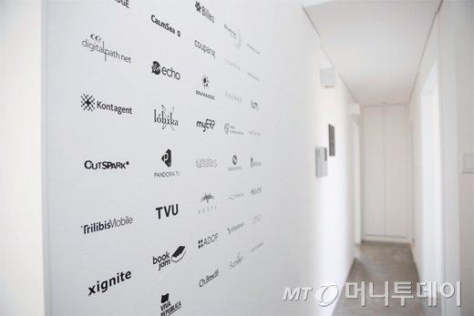 알토스벤처스가 투자한 기업들. 한국사무소의 한 쪽 벽에 투자한 기업들의 이름을 붙여 놨다.
