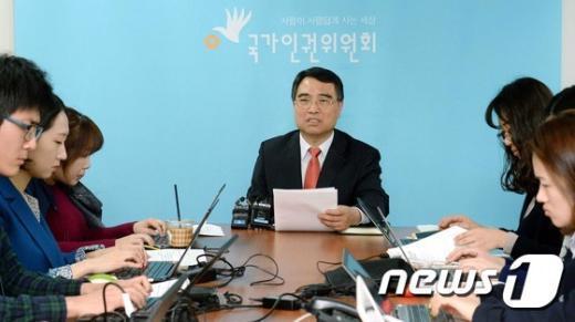 [사진]기자회견하는 심상돈 국가인권위 정책교육국장