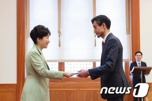 [사진]신임장 수여하는 박 대통령