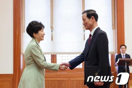 박근혜 대통령이 27일 오후 청와대에서 김장수 주중 대사에게 신임장을 수여한 뒤 악수하고 있다. (청와대 제공) 2015.3.27/뉴스1 © News1 이광호 기자