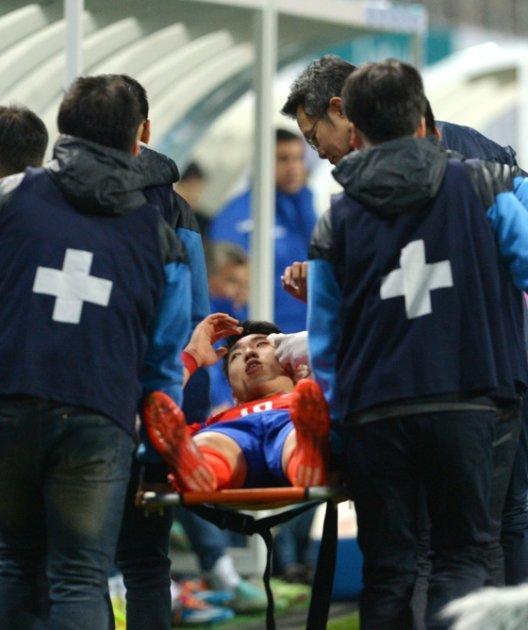 27일 오후 대전월드컵경기장에서 열린 대한민국과 우즈베키스탄과의 평가전에서 전반전 부상을 입은 이정협이 들것에 실려 나가고 있다./ 사진=뉴스1
