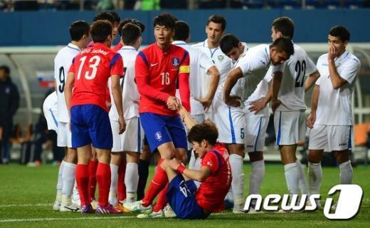 """[사진]기성용 """"한국영 잘했어"""""""