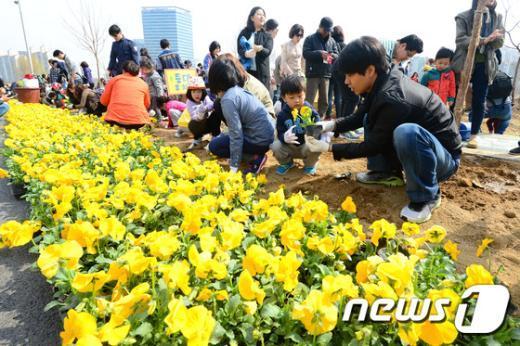 [사진]식목일 앞두고 꽃 심는 시민들