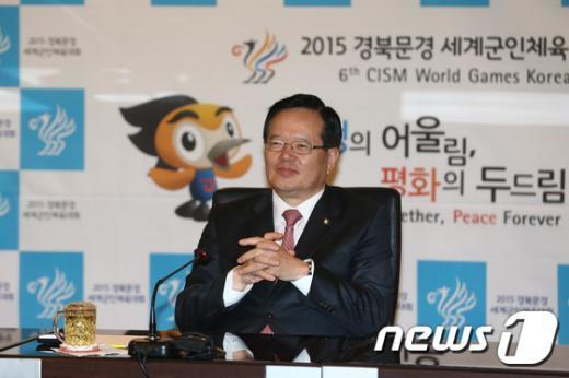 정의화 국회의장이 1일 서울 국방컨벤션에 위치한 2015 문경 세계군인체육대회 조직위를 방문해 관계자들을 격려하고 있다. © News1