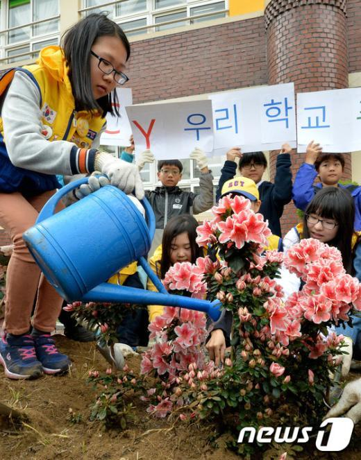 [사진]'학교에 봄 소식 알려요'