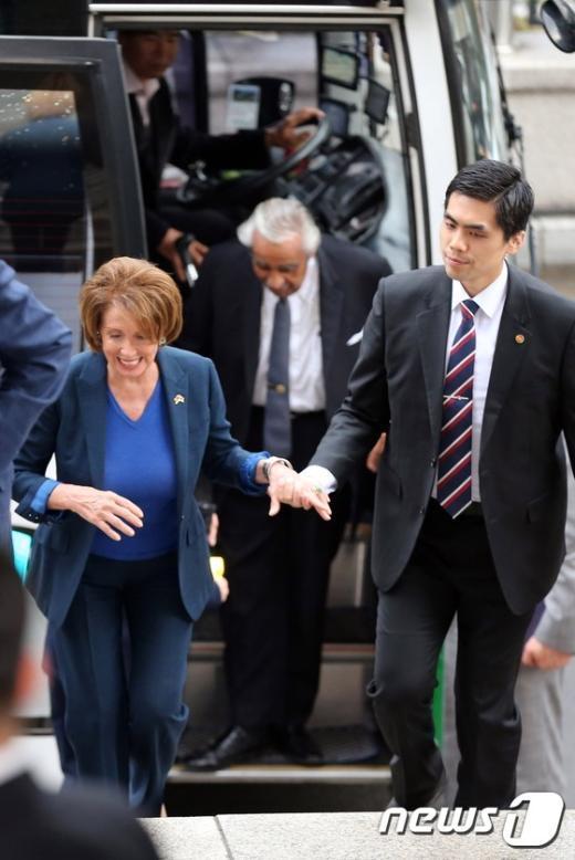 [사진]낸시 펠로시, 외교보 청사 방문