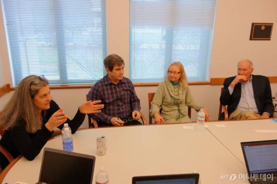 사진 왼쪽부터 사라 베크만, 헨리 체스브로, 앨리스 아고지노, 레이몬드 마일스 UC버클리대 교수