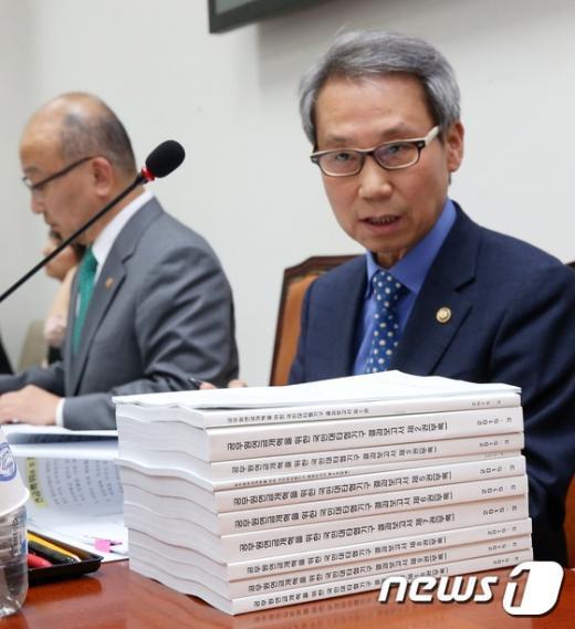 [사진]연금개혁특위 출석한 이근면 인사혁신처장