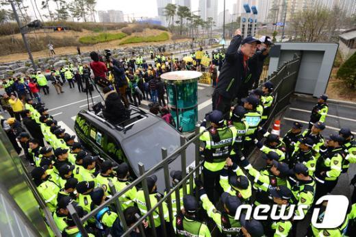 [사진]해수부 청사 정문에 올라간 세월호 유족들