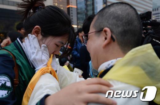 지난 5일 오후 서울 광화문 광장에서 열린 세월호 진상규명 촉구 문화제에서 4·16 가족협의회 세월호 유가족들과 시민들이 서로 안아주며 위로하고 있다.2015.4.5/뉴스1 © News1 신웅수 기자