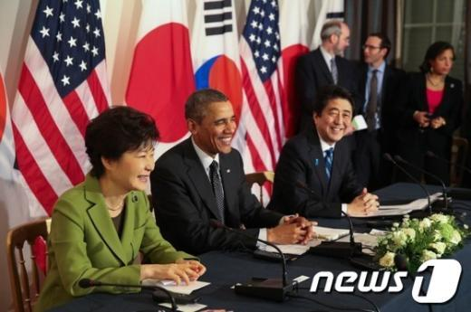 박근혜 대통령, 버락 오바마 미국 대통령, 아베 신조 일본 총리가 지난해 4월 네덜란드 헤이그 미대사관저에서 한미일 정상회담을 하고 있다. (청와대) 2014.3.26/뉴스1 © News1