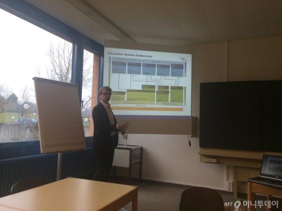 에릭 슈월츠 EHB 연구원이 취재진에게 스위스의 직업교육제도를 설명하고 있다./사진=우경희 기자