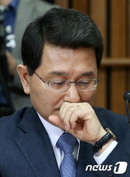 [사진]기침하는 박상옥 대법관 후보자