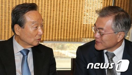 새정치민주연합 문재인 대표(오른쪽)와 권노갑 상임고문. /뉴스1 © News1 유승관 기자
