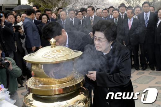 [사진]이희호 여사, 김대중 전 대통령 묘역 참배