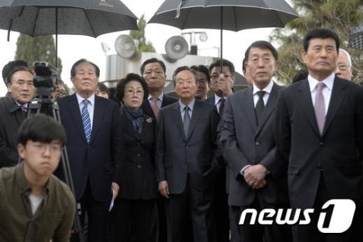 [사진]참배 기다리는 동교동계 인사들